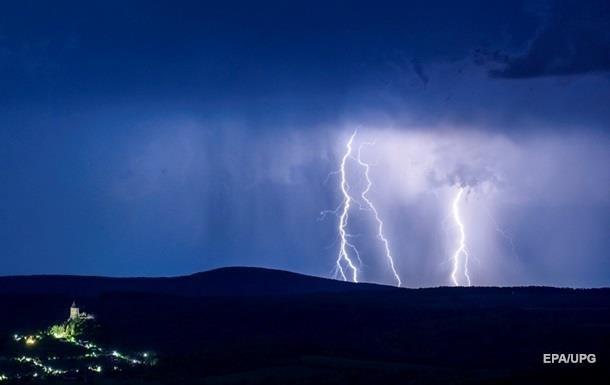 На Херсонщине молния убила девушку во время сбора клубники