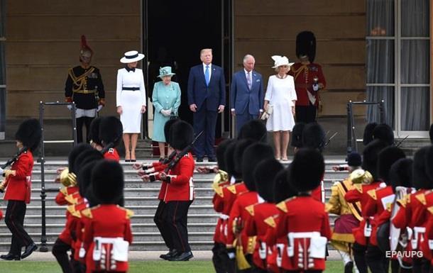 Королева Єлизавета II прийняла Трампа з дружиною