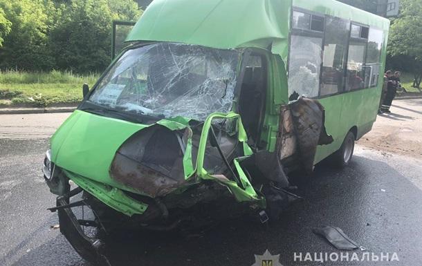 В Харькове в ДТП с маршруткой пострадали 15 человек