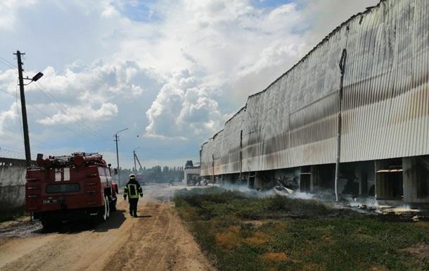 Під Києвом загасили масштабну пожежу на птахофабриці