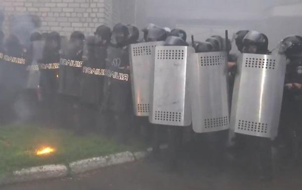 В Переяславе активисты забросали полицию петардами