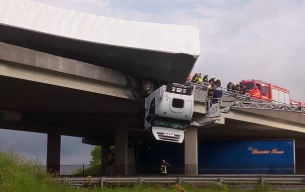 В Венгрии фура попала в ДТП на мосту и повисла в воздухе