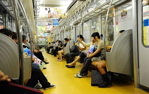 В Японії поїзд метро зійшов з колії