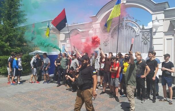 ОУН пикетирует дом Порошенко: горят шины и фаеры