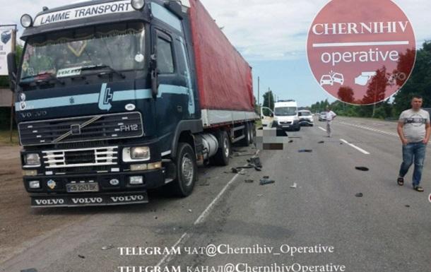 У Чернігівській області фура збила водіїв, які ремонтували вантажівку