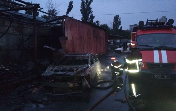Пожар на бывшей автобазе в Киеве: сгорели три машины