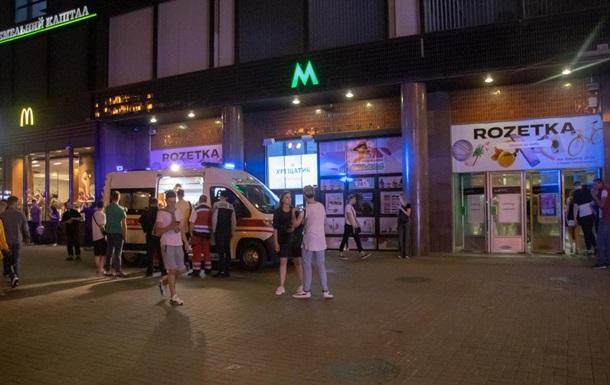 У метро Києва хлопця вдарили ножем