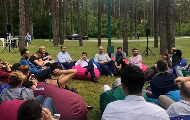 Зеленский собрал журналистов на встречу в лесу