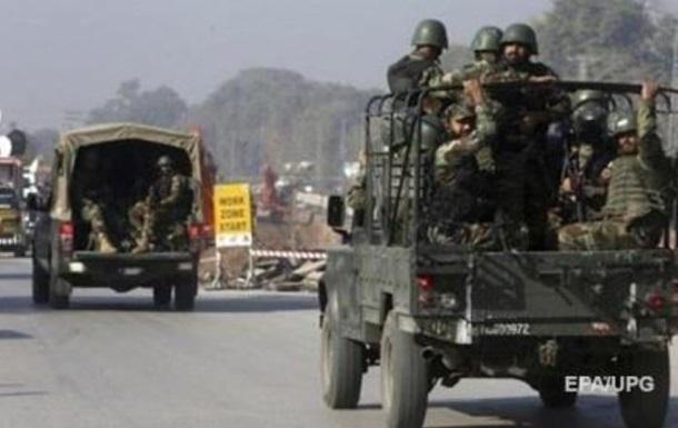 В Пакистане подорвали автомобиль с военными