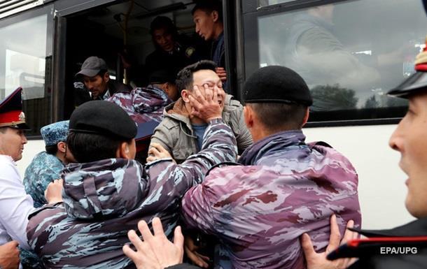 Митинги в Казахстане: Задержанных уже около 500