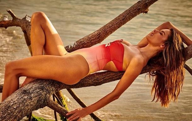 Супермодель показала  жагучі  пляжні фото
