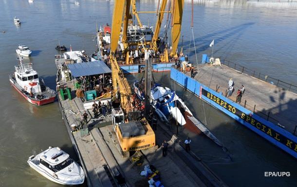 Трагедія на Дунаї: рятувальники піднімають затонуле судно