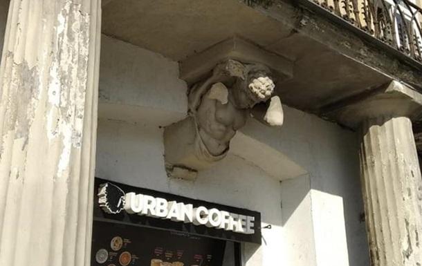 У Львові поруч із жінкою впала рука бетонного атланта