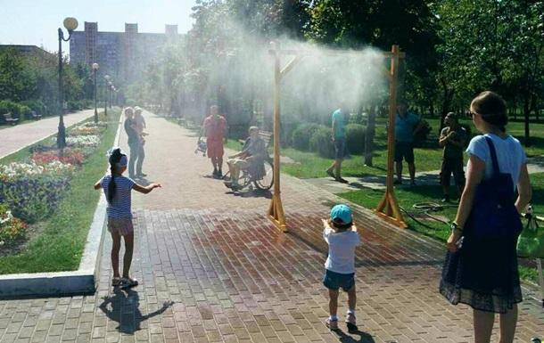 У парках Києва встановили охолоджуючі арки