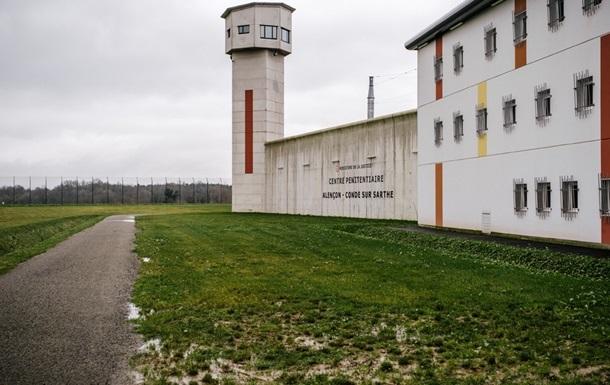 У Франції в язень взяв у заручники двох наглядачів