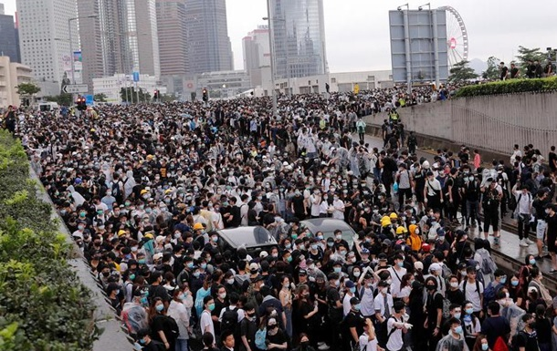 У Гонконзі протестувальники заблокували парламент