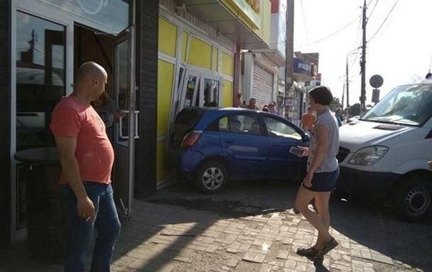 В Житомире легковушка врезалась в магазин