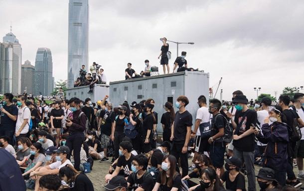 Поліція Гонконгу стріляє в протестувальників гумовими кулями