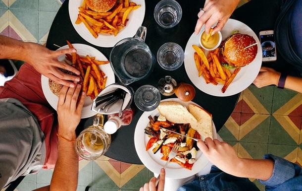 Вчені назвали причини переїдання