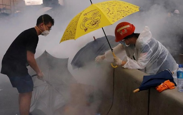 Понад 70 постраждалих після сутичок мітингарів і поліції у Гонконзі