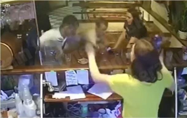 В баре под Киевом ударили ножом двух подростков