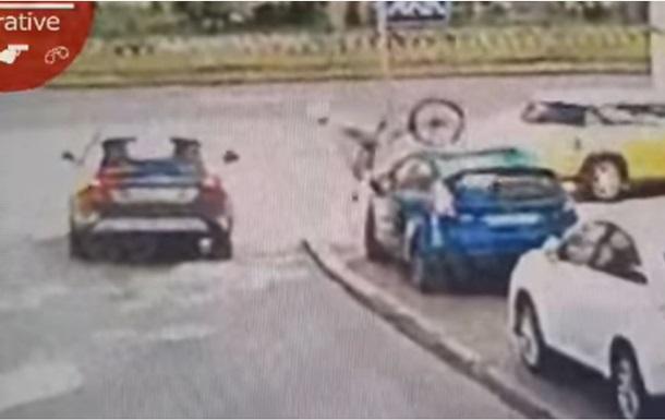 В Киеве велосипедист протаранил головой авто
