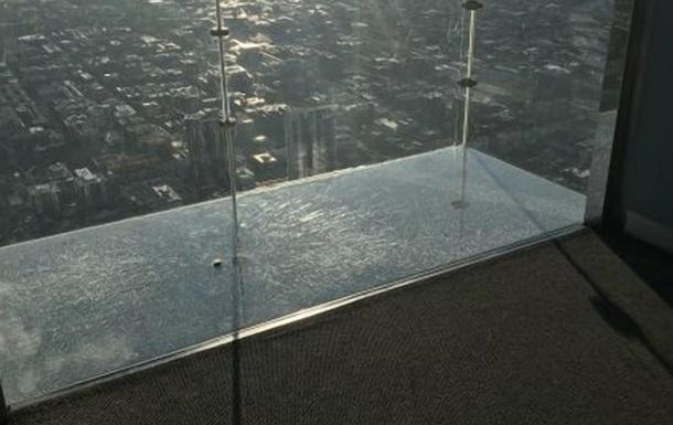 На небоскреба в США треснул пол смотровой площадки