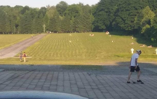 Жители Львова устроили  пляж  на могилах военных