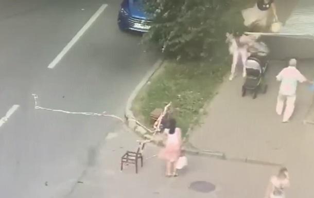 В Харькове на мать с детьми упал железный забор