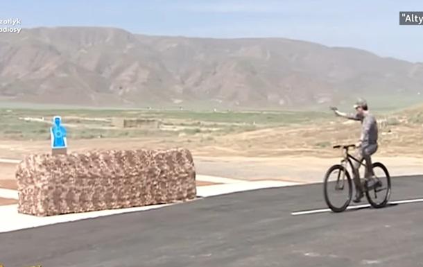 Глава Туркменістану показав військовим, як на велосипеді стріляти по мішенях