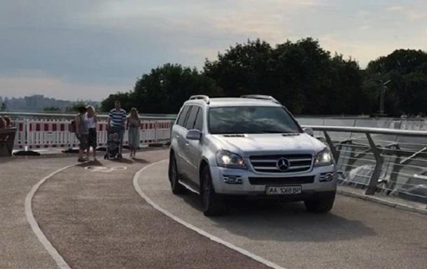 У Києві на  мосту Кличка  помітили позашляховик - соцмережі
