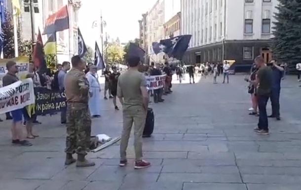 Противники ЛГБТ-марша протестуют под АП