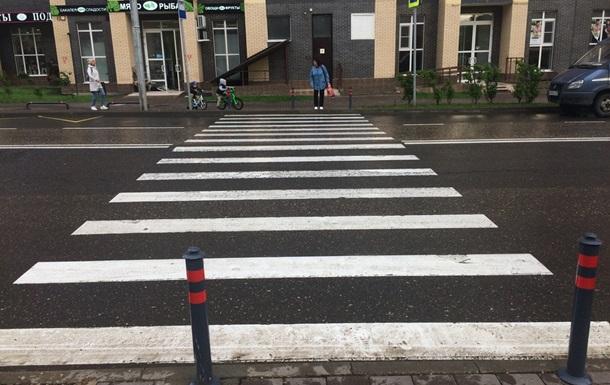 Перед пішохідними переходами на тротуарах з являться стовпчики
