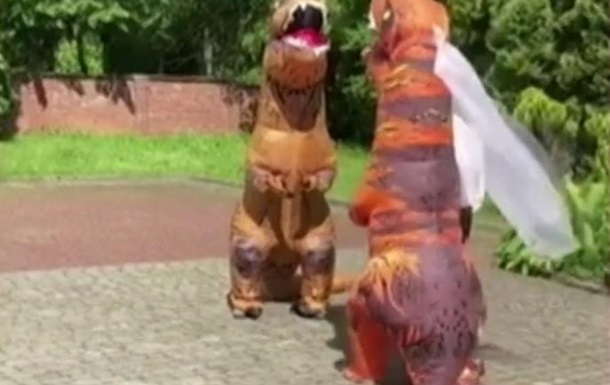 Во Львове пара пришла на бракосочетание в необычных костюмах