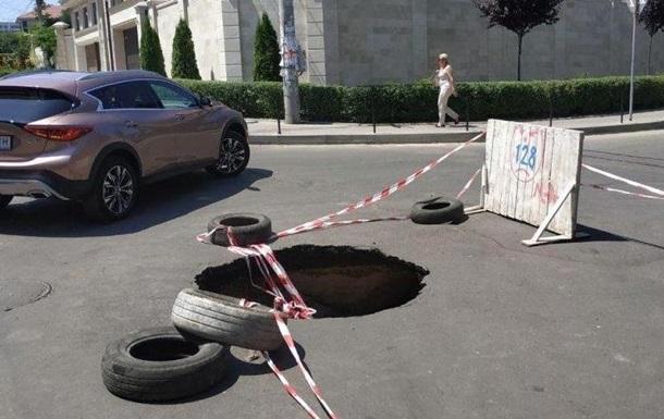 В Одессе посреди дороги появился провал глубиной полтора метра