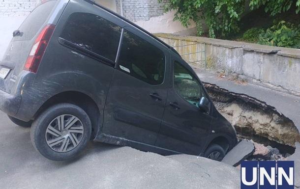 У центрі Києва авто провалилося під асфальт