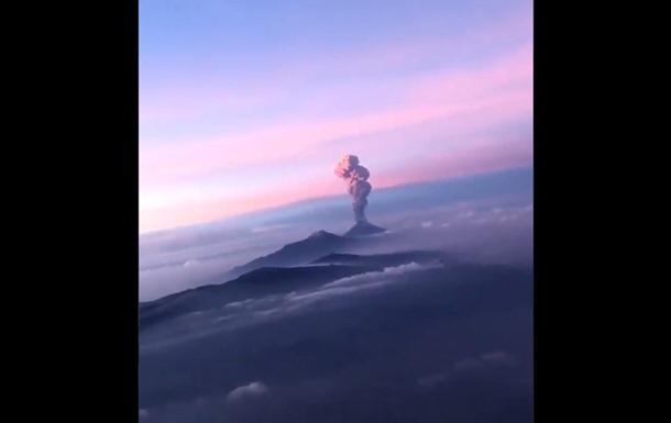 Извержение вулкана: видео