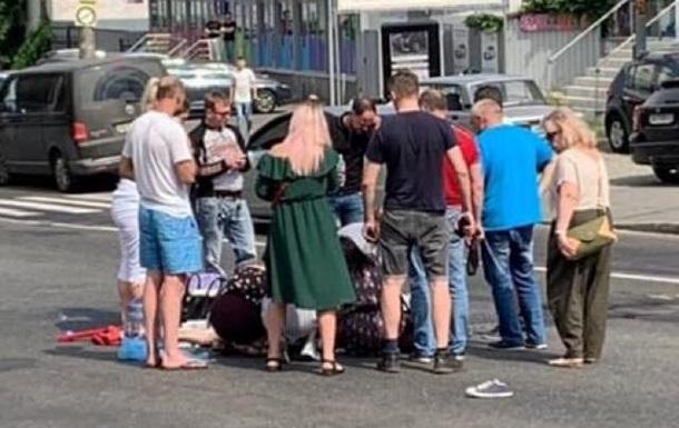 В Киеве автомобиль сбил женщину с ребенком и скрылся