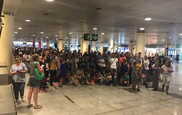 Почти 200 человек второй день не могут вылететь из Барселоны в Харьков