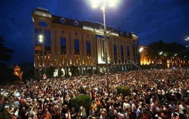 У Тбілісі протестувальники штурмом взяли парламент