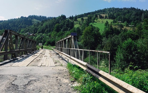 В Івано-Франківській області після дощу обвалився міст