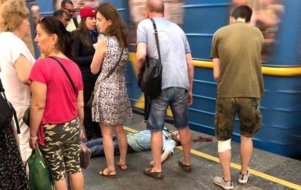 Кривава НП: у метро Києва поїзд зачепив пасажира