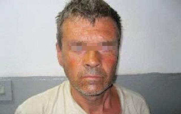 Затримано чоловіка, який під виглядом лікаря змушував дітей роздягатися