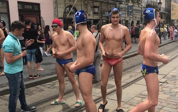 По центру Львова розгулювали чоловіки в плавках