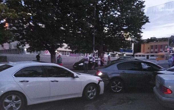 Под Одессой пьяный киевлянин влетел в стоянку: разбито пять авто