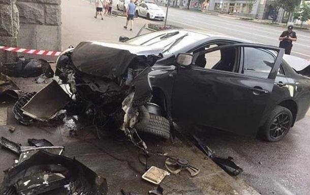 У будівлю міськради Харкова врізалася машина