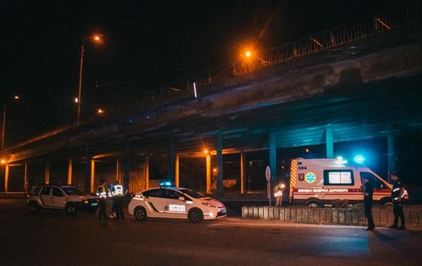 В Киеве мужчина упал с моста и скончался