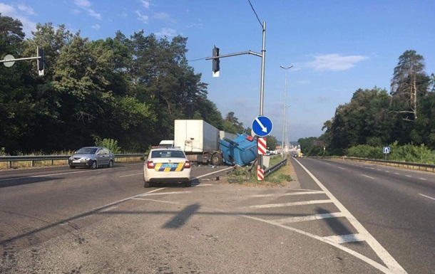 В Киеве столкнулись две фуры, один из водителей погиб