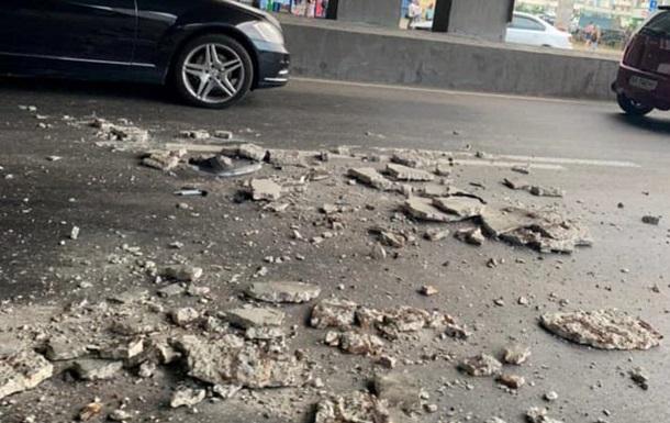 Кусок моста обвалился на машину в Киеве