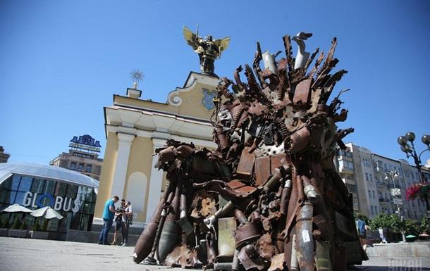 В Киеве появился Железный трон Востока из обломков снарядов из АТО